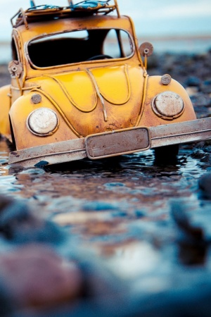 Volkswagen beetle toy water Mobile Wallpaper