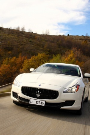 white maserati quattroporte Mobile Wallpaper